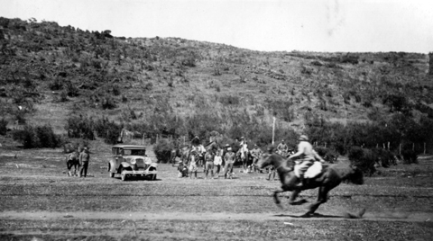 En los albores de Coyhaique, el sector de la Escuela Agrícola, era también espacio para las carreras a caballo. Fotografía gentileza de Eduardo Hernáez.