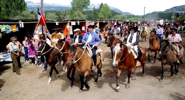 Autoridades con atuendos patagones cabalgan en Fiesta Costumbrista de Cochrane 2013