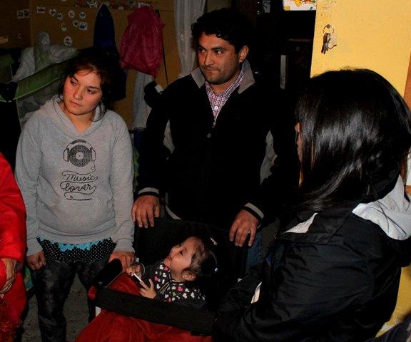Autoridades gestionan apoyo para niña que padece síndrome de Cristal .