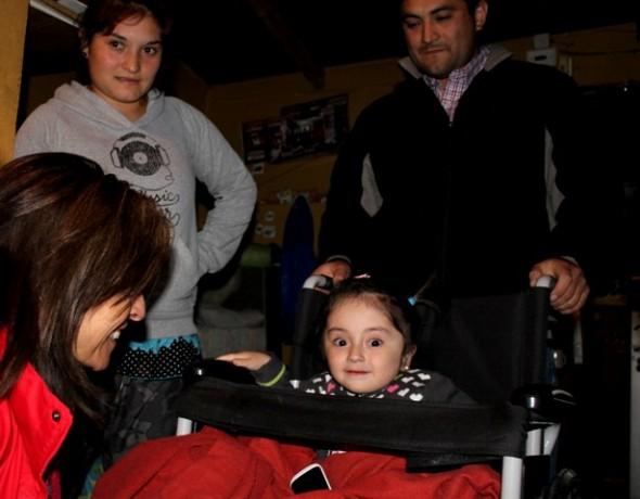 Autoridades gestionan apoyo para niña que padece síndrome de Cristal