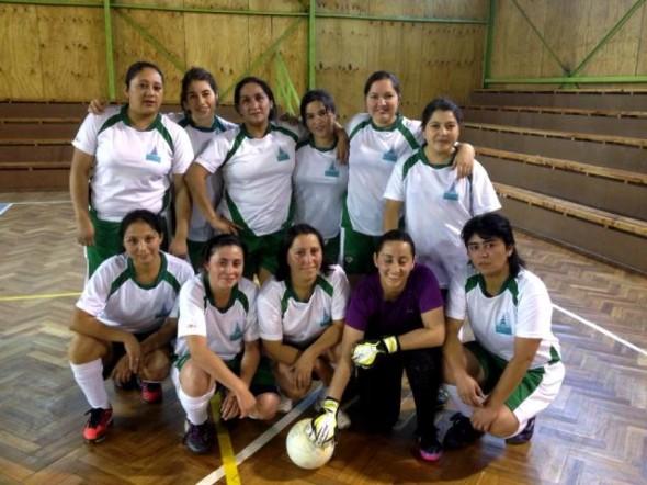 Equipo de Futbol Femenino Del Hospital De Coyhaique Se La Juega
