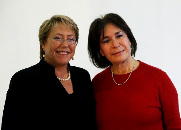 Viviana Betancourt junto a ex presidenta Michelle Bachelet.