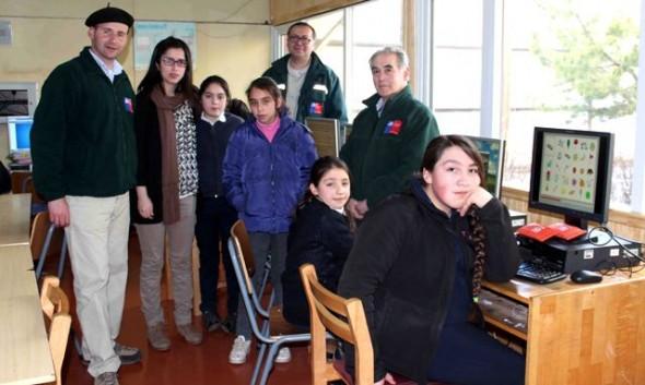 Niños y niñas de la escuela de Balmaceda reciben computadores donados por el SAG