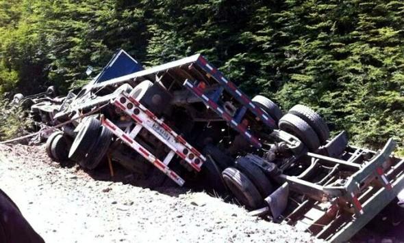 Camion desbarranco en sector Piedar El Conde (Foto de Radio Patagonia FM)