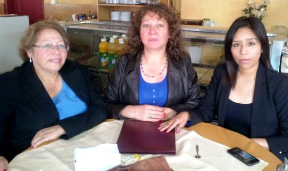 Las dirigentas sociales Ema Vega y Alicia Barrientos junto a la Concejala Aracely Leuquén
