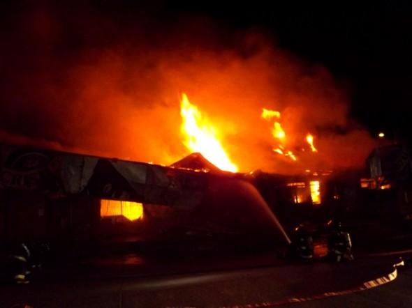 Fiscalía de Coyhaique dirige investigación tras incendio que consumió supermercado El Arrieron en Coyhaique