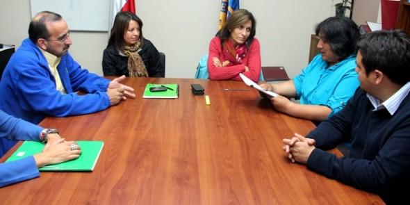 Autoridades junto a sirigentes de la Mesa Social