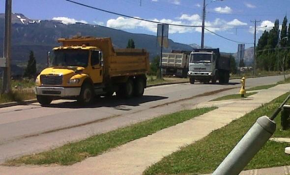 Camiones en convoy transitan a diario por calle Circunvalación Oriente Poniente el único acceso a Villa Estancia Austral de Socovesa.
