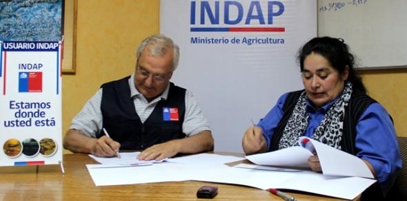 Director regional de Indap, Carlos Hennicke, junto a la presidenta de la Asociación Gremial de Mujeres Campesinas, Patricia Mansilla.