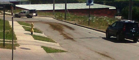 La suciedad que dejan los camiones diariamente además reviste peligro para vehiculos en una calle en descenso en el sector.