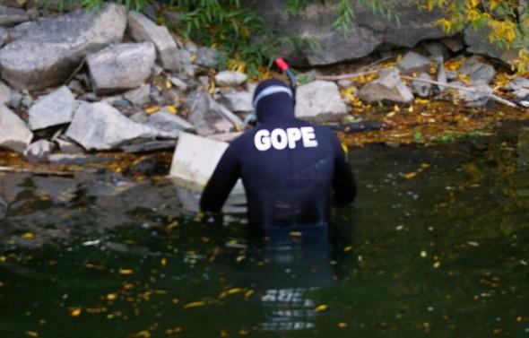 Gope encuentra caja fuerte en rio Simpson