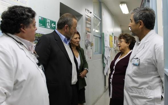 Joel Arriagada con funcionarios hospital