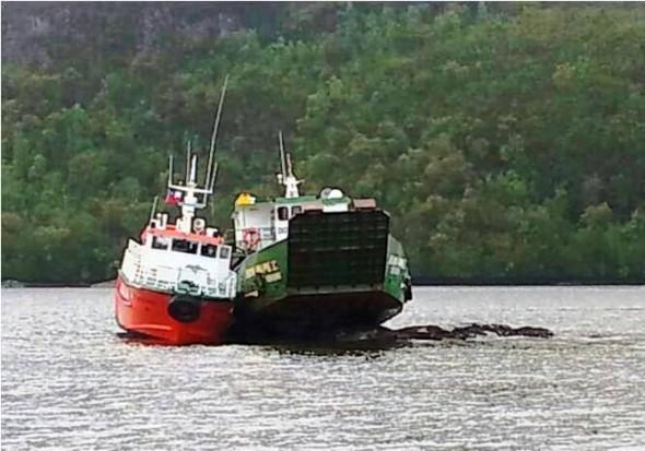 Lancha y barcaza varadas frente a Puerto Aguirre
