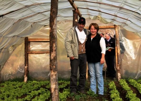 Seremi de Agricultura junto con agricultora local