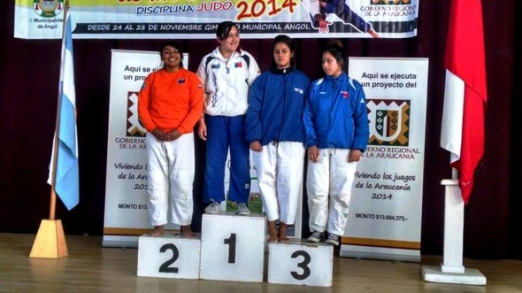 Betty Urrutia medalla de plata primera a la izquierda