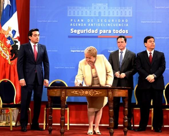 Bachelet firma agenda corta seguridad