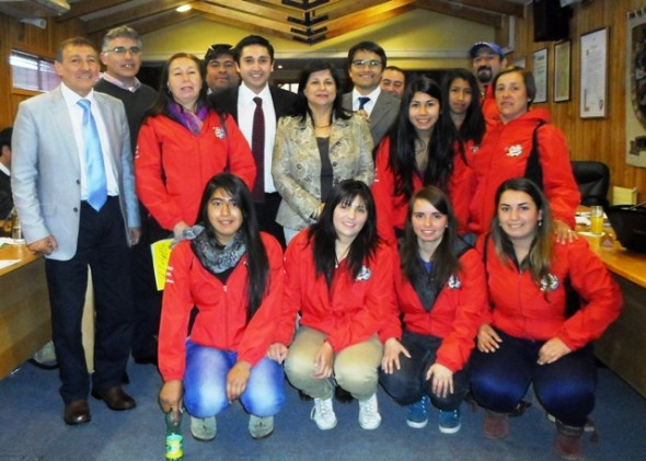 Consejeros junto a jovenes deportistas del Club El Salto