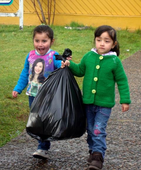 niños reciclando aysen