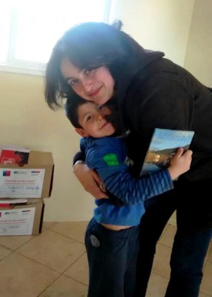 Carola Rojas entrega Libros 1