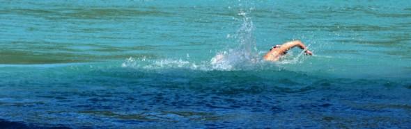 Nadadora Barbara Hernandez cruza Rio Baker  Slide