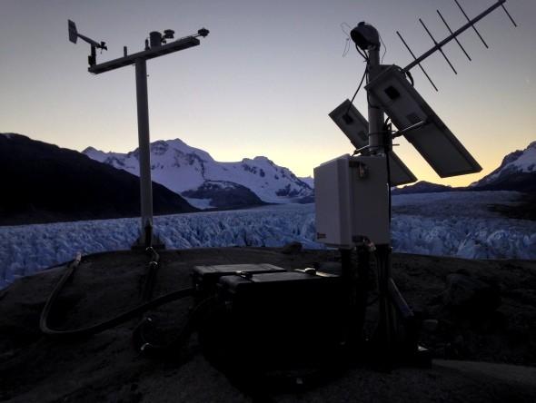 Sensores junto a estación meteorológica en Lago Cachet