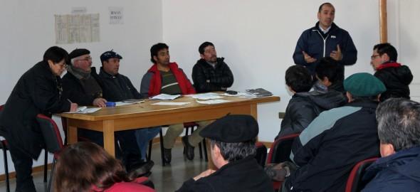 Seremi de Agricultura entregó derechos de agua a pequeños productores de Cochrane.